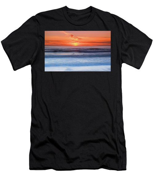 Wind Surfers Waiting For The Next Wave, Summerleaze Beach, Bude, Cornwall, Uk Men's T-Shirt (Athletic Fit)