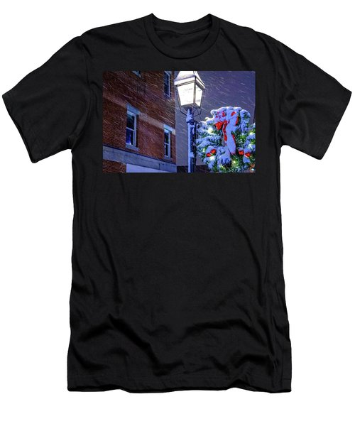 Wreath On A Lamp Post Men's T-Shirt (Athletic Fit)