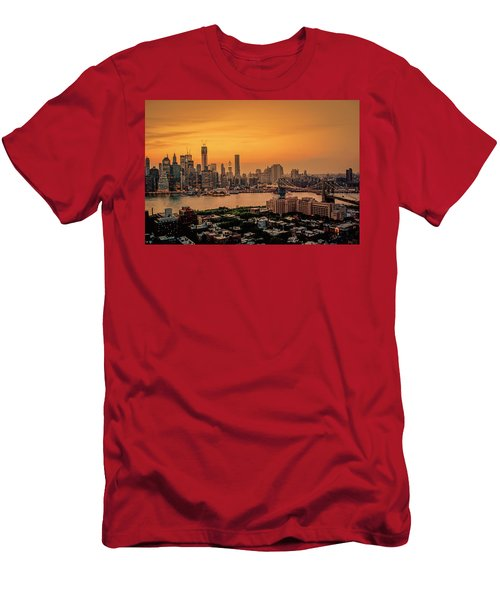 New York Sunset - Skylines Of Manhattan And Brooklyn Men's T-Shirt (Athletic Fit)