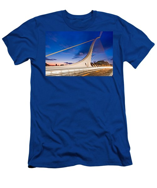 Samuel Beckett Bridge At Night / Dublin Men's T-Shirt (Athletic Fit)