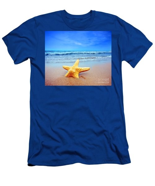 Starfish On A Beach   Men's T-Shirt (Athletic Fit)