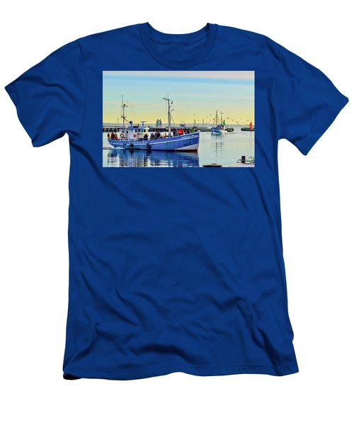 Bringing In The Day's Catch Men's T-Shirt (Athletic Fit)