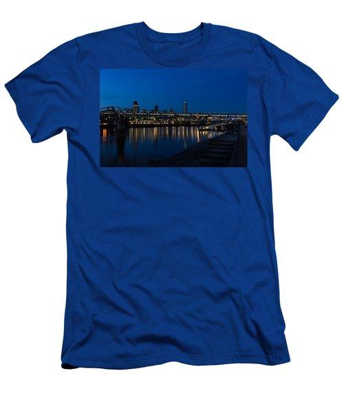 British Symbols And Landmarks - Millennium Bridge And Thames River At Low Tide Men's T-Shirt (Athletic Fit)