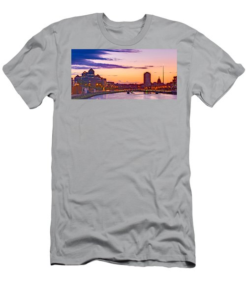 Dublin Skyline At Dusk / Dublin Men's T-Shirt (Athletic Fit)