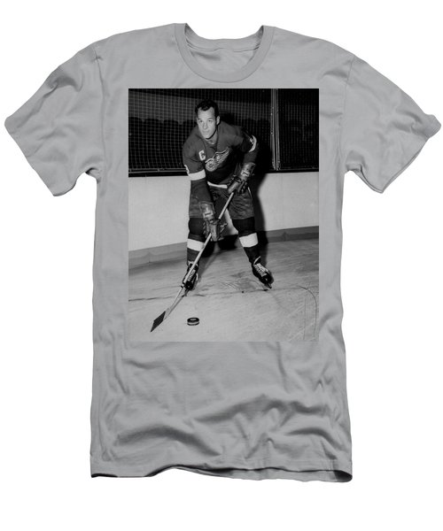 Gordie Howe Poster Men's T-Shirt (Athletic Fit)
