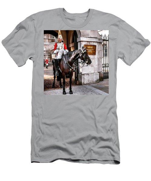 London, Palace Guard Men's T-Shirt (Athletic Fit)