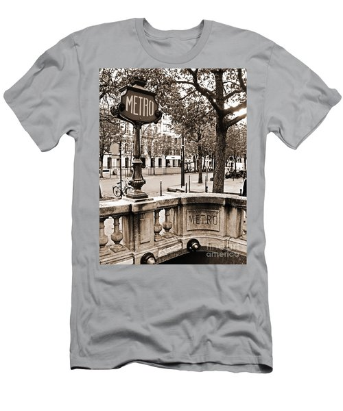 Metro Franklin Roosevelt - Paris - Vintage Sign And Streets Men's T-Shirt (Athletic Fit)