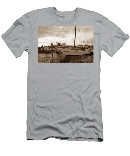 Skipjack In Port Men's T-Shirt (Athletic Fit)