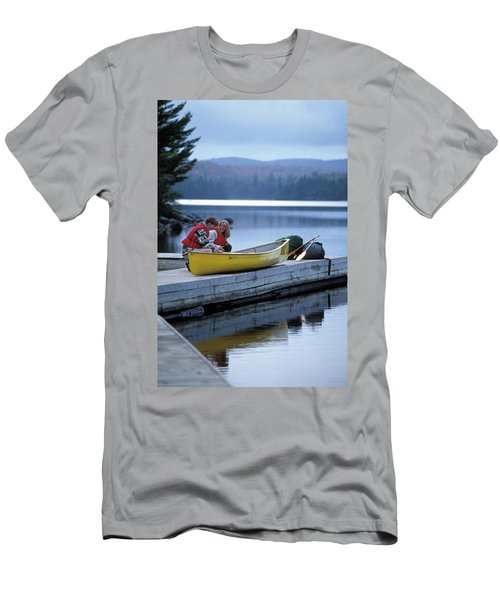 Young Couple Prepare For Canoe Trip Men's T-Shirt (Athletic Fit)