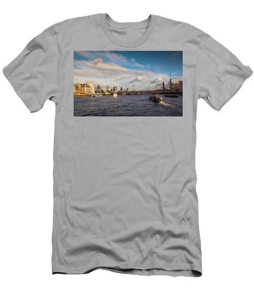 Cruise On The Thames Men's T-Shirt (Athletic Fit)