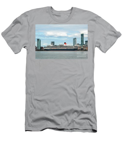 Cunard's Queen Elizabeth At Liverpool Men's T-Shirt (Athletic Fit)