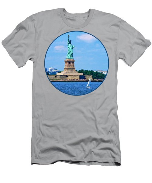 Manhattan - Sailboat By Statue Of Liberty Men's T-Shirt (Athletic Fit)