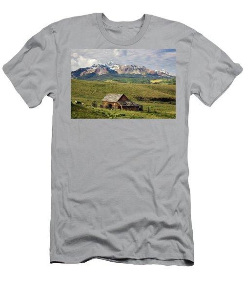 Old Barn And Wilson Peak Horizontal Men's T-Shirt (Athletic Fit)