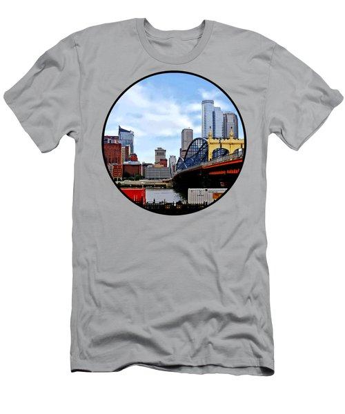 Pittsburgh Pa - Train By Smithfield St Bridge Men's T-Shirt (Athletic Fit)