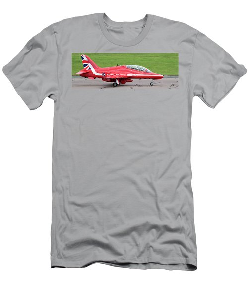 Raf Scampton 2017 - Red Arrows Xx322 Sitting On Runway Men's T-Shirt (Athletic Fit)
