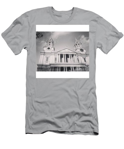 •the Day It Snowed In London• Men's T-Shirt (Athletic Fit)