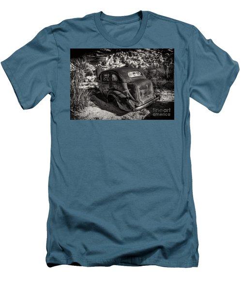 Rust Bucket Bw Men's T-Shirt (Slim Fit)
