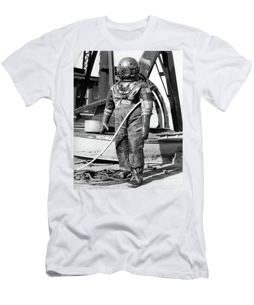 1930s 1940s Full Figure Of Man Men's T-Shirt (Athletic Fit)