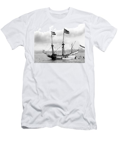 Half Moon Re-entered Hudson River After An Absence Of 300 Years In Black And White Men's T-Shirt (Athletic Fit)