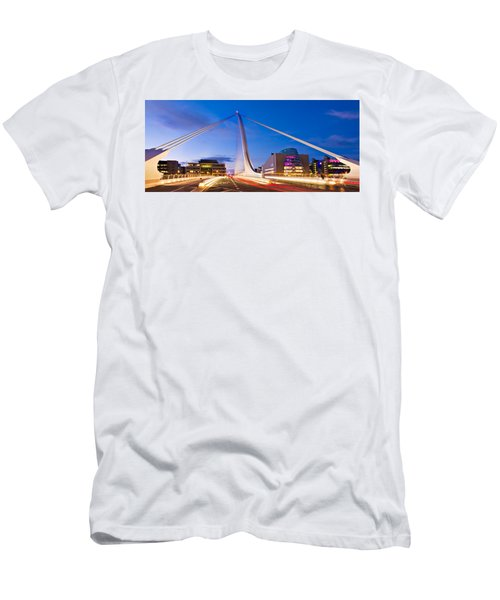 Samuel Beckett Bridge And National Conference Centre / Dublin Men's T-Shirt (Athletic Fit)