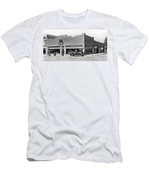 Old Car Gas Station Men's T-Shirt (Athletic Fit)
