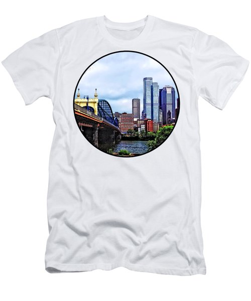 Pittsburgh Pa - Pittsburgh Skyline By Smithfield Street Bridge Men's T-Shirt (Athletic Fit)