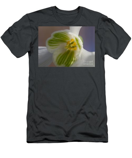 Bee's View Of A Snowdrop Men's T-Shirt (Athletic Fit)