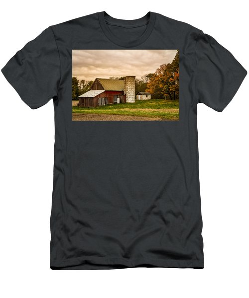 Old Red Barn And Silo Men's T-Shirt (Athletic Fit)