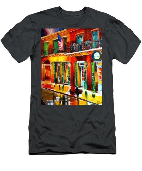 Outside Pat O'brien's Bar Men's T-Shirt (Athletic Fit)