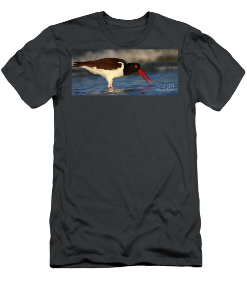 Oystercatcher In Surf Men's T-Shirt (Athletic Fit)