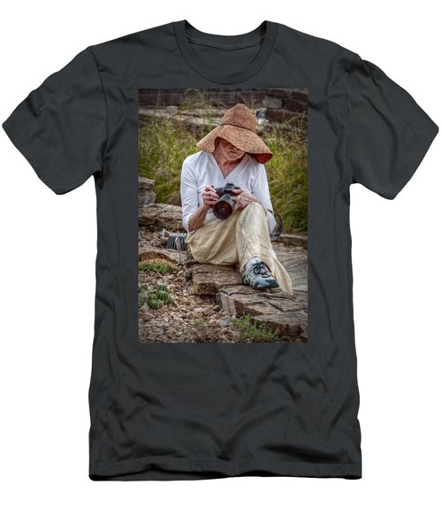 Photographer Men's T-Shirt (Slim Fit) by Linda Unger