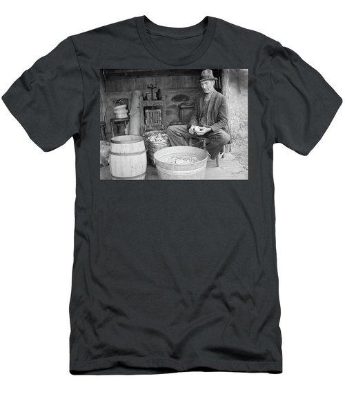 Virginia Peeling Apples Men's T-Shirt (Athletic Fit)