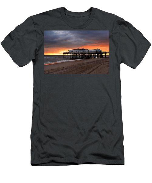 Old Jennettes Pier Men's T-Shirt (Athletic Fit)