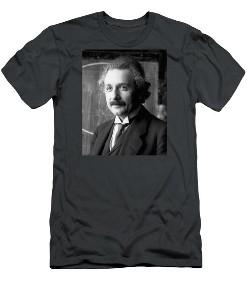 Men's T-Shirt (Athletic Fit) featuring the pyrography Albert Einstein Nel 1921 by Artistic Panda