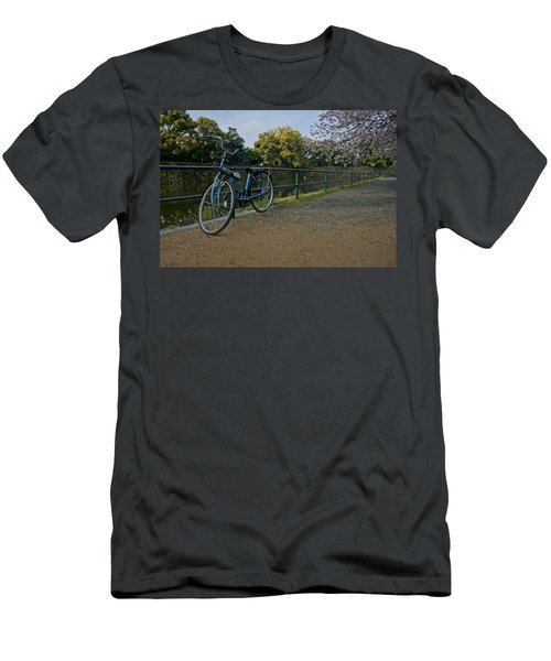 Bicycle And Tokyo Imperial Palace Men's T-Shirt (Athletic Fit)