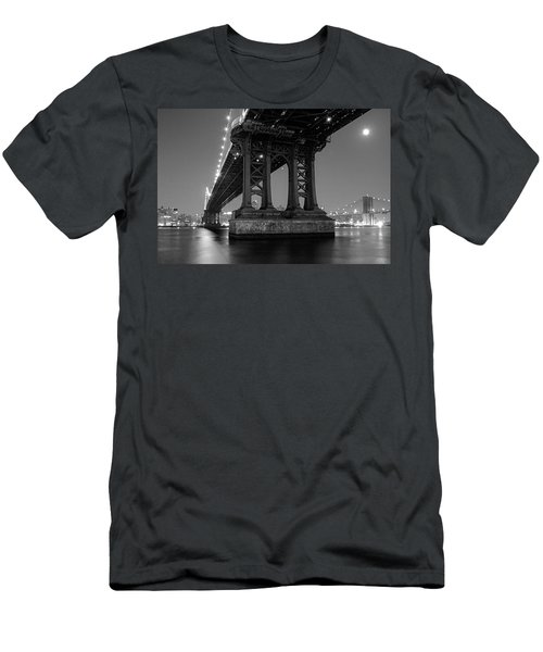 Black And White - Manhattan Bridge At Night Men's T-Shirt (Athletic Fit)