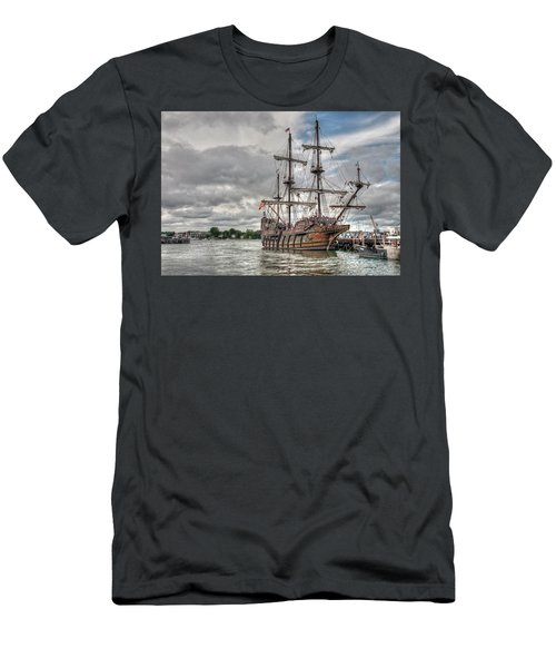 El Galeon Andalucia In Portsmouth Men's T-Shirt (Athletic Fit)