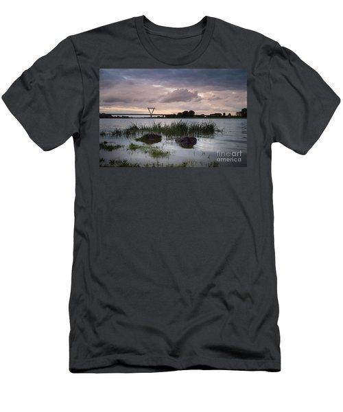 Flughafenbruecke Am Rhein Men's T-Shirt (Athletic Fit)
