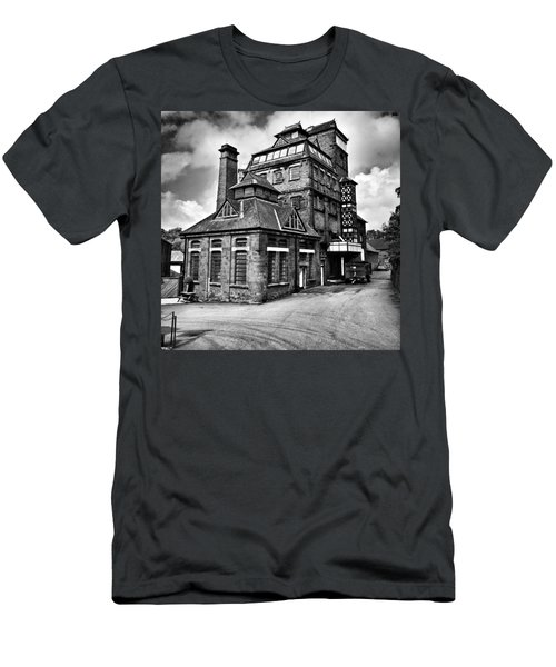 Hook Norton Brewery Men's T-Shirt (Athletic Fit)