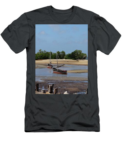 Lamu Island - Wooden Fishing Dhows At Low Tide With Pier - Colour Men's T-Shirt (Athletic Fit)