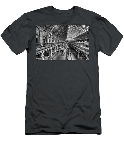 London St Pancras Station Bw Men's T-Shirt (Athletic Fit)