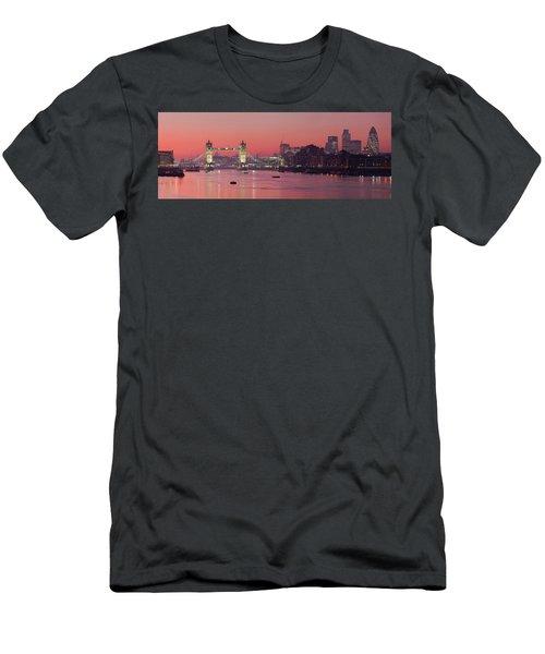 London Thames Men's T-Shirt (Athletic Fit)