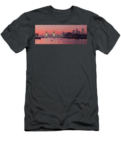 London Thames Men's T-Shirt (Athletic Fit)