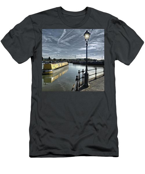 Narrowboat Idly Dan At Barton Marina On Men's T-Shirt (Athletic Fit)