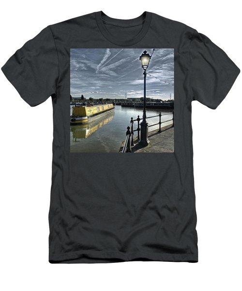 Narrowboat Idly Dan At Barton Marina On Men's T-Shirt (Athletic Fit)