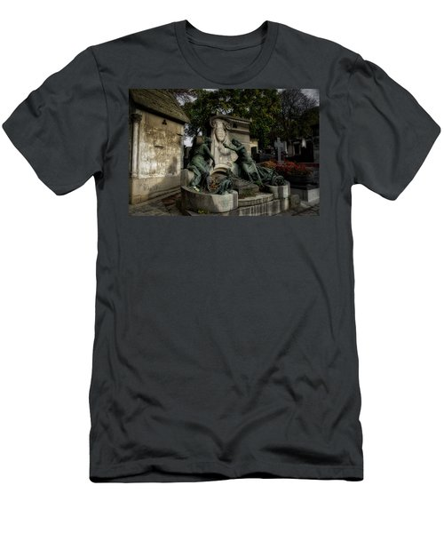 Pere Lachaise Tomb Men's T-Shirt (Athletic Fit)