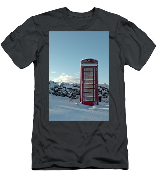 Red Telephone Box In The Snow IIi Men's T-Shirt (Athletic Fit)