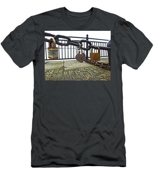 Liverpool. The Albert Dock. Eternal Love. Men's T-Shirt (Athletic Fit)