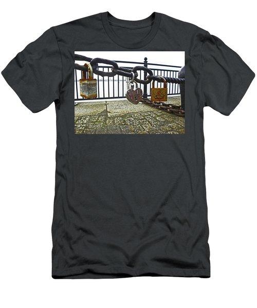 Liverpool. The Albert Dock. Eternal Love. Men's T-Shirt (Athletic Fit)