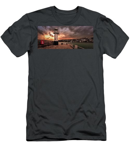 St Ives Cornwall - Lighthouse Sunset Men's T-Shirt (Athletic Fit)